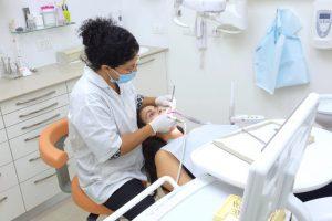 הצוות והמרפאה. השיננית אושרת בטיפול מונע במרפאת שיניים של ד''ר אילנית לופו בכפר סבא