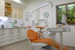 הצוות והמרפאה. חדר טיפולים במרפאת שיניים של ד